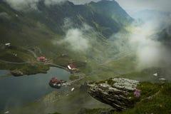 Si rannuvola il lago Balea Cabina della casetta su bella posizione Immagine Stock