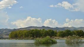 Si rannuvola il lago Pozzillo stock footage
