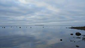 Si rannuvola il mare riflesso nel lasso di tempo dell'acqua archivi video
