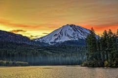 Si rannuvola il picco all'alba, parco nazionale vulcanico del lago e di Lassen Manzanita di Lassen Immagini Stock Libere da Diritti