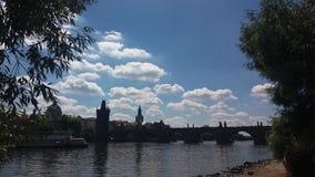 Si rannuvola il ponte di charles a Praga Fotografia Stock