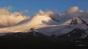 Si rannuvola l'ola di Tabyn Bogdo della montagna stock footage