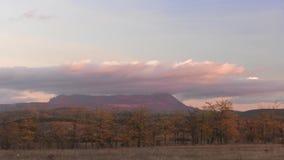 Si rannuvola la montagna al tramonto, lasso di tempo archivi video