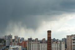 Si rannuvola la vista della città dalla pioggia Fotografie Stock Libere da Diritti