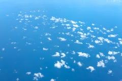 Si rannuvola la vista di oceano blu dall'aeroplano Fotografie Stock