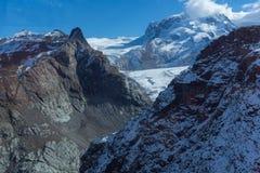 Si rannuvola le alpi svizzere vicino montano il Cervino, cantone del Valais Fotografie Stock