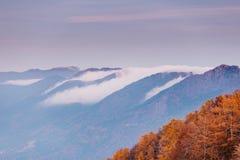 Si rannuvola le montagne alla luce del tramonto Fotografia Stock