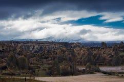 Si rannuvola le montagne di Cappadocia, Turchia Fotografia Stock