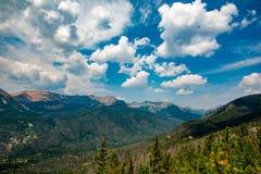 Si rannuvola le montagne verdi fotografia stock