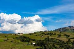 Si rannuvola Seiser Alm, Alpe de Siusi, Italia Fotografie Stock