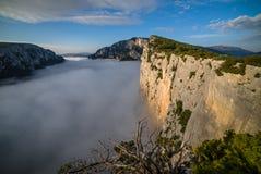 Si rimpinza di du Verdon sopra le nuvole di mattina Fotografie Stock