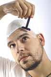 Si usted es un calvo, usted debe afeitar su cabeza Fotos de archivo libres de regalías
