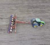 Siać kukurudza Ciągnik z ikrzakiem na polu Używać ziarna Fotografia Stock