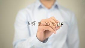 Sia appena voi stessi, scrittura dell'uomo sullo schermo trasparente Fotografia Stock