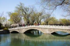 Ásia China, Pequim, o palácio de verão, ponte da pedra do furo de ŒThree do ¼ do sceneryï da mola Imagens de Stock