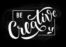 Sia creativo - citazione scritta a mano motivazionale e ispiratrice sulla lavagna nera illustrazione vettoriale