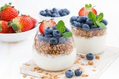 Sia a dieta il dessert con yogurt, i muesli e le bacche fresche Fotografie Stock