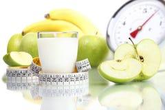 Sia a dieta il vetro di latte dell'alimento, la frutta Apple misurano le scale con un contatore Fotografie Stock