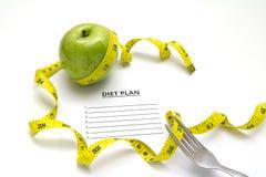 Sia a dieta la mela e la forcella di piano con nastro adesivo di misurazione giallo Fotografie Stock Libere da Diritti