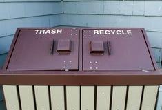 Sia i rifiuti contenenti a doppio scomparto che riciclano il contenitore Immagini Stock Libere da Diritti