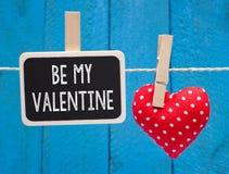Sia il mio biglietto di S. Valentino - lavagna con cuore rosso immagini stock libere da diritti