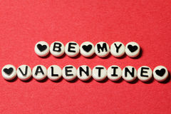Sia il mio biglietto di S. Valentino su rosso Immagine Stock