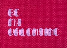 Sia il mio incrocio del biglietto di S. Valentino cucito su rosso Fotografia Stock