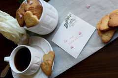 Sia il mio Valentine Note, mazzo di biscotti a forma di cuore, Rosa ed a Fotografia Stock