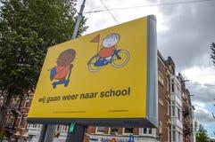 Sia informato che gli scolari vanno a scuola ancora il segno fotografie stock libere da diritti