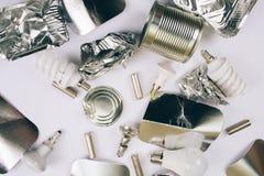Sia l'ecologia libera e di risparmio di plastica Contenitori monouso della stagnola, cartoni d'argento, latte del metallo, batter immagini stock