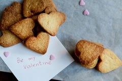 Sia miei Valentine Note e mazzo di biscotti a forma di cuore Immagini Stock