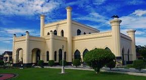 Siak斯里Indrapura宫殿和天空蔚蓝 免版税图库摄影
