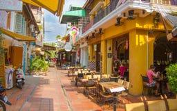 """SIAM ERNTEN, KAMBODSCHA-†""""FEBRYARY 20, 2015: Eine touristische Straße mit kleinen Cafés und Shops im alten französischen Vierte lizenzfreies stockfoto"""