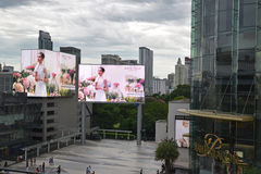 Siam Paragon shoppinggalleria i Bangkok, Thailand med den stora skärmen för annonsering två utanför Arkivbilder