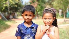 Siam Reap, Camboja - 13 de janeiro de 2017: Retrato video das jovens crianças de uma vila cambojana vídeos de arquivo