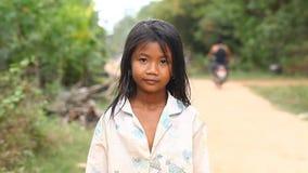 Siam Reap, Camboja - 13 de janeiro de 2017: Retrato video de uma menina cambojana pequena Crianças das vilas pobres e filme