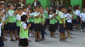 Siam Reap, Camboya - 12 de enero de 2017: Muchos alumnos camboyanos de clases menores en uniformes escolares metrajes