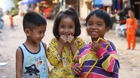 Siam Reap, Kambodja - Januari 14, 2017: Drie vrolijke Cambodjaanse kinderen die in een slecht Cambodjaans dorp leven stock video