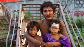 Siam Reap, Kambodja - Januari 14, 2017: Een dakloze drugverslaafde leeft met zijn jonge kinderen in een spontaan huis van stock video