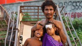 Siam Reap, Kambodja - Januari 14, 2017: Een dakloze drugverslaafde leeft met zijn jonge kinderen in een spontaan huis van stock footage