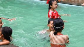 Siam Reap, Kambodja - Januari 13, 2017: Een groep Cambodjaanse kinderen heeft pret zwemmend in de pool stock footage