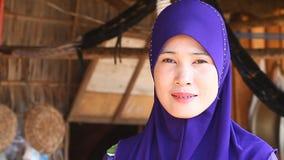 Siam Reap, Kambodja - Januari 14, 2017: Het close-up van het straatportret van een Cambodjaanse vrouw die in een slecht dorp dich stock videobeelden
