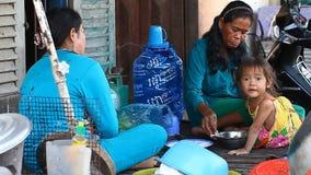 Siam Reap, Kambodja - Januari 14, 2017: Het leven van Cambodjaanse mensen die in slechte buurten en krottenwijken leven stock footage
