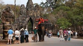 Siam Rip, Cambodge - 15 janvier 2017 : Dans l'Angkor Vat complexe architectural antique populaire offre des touristes banque de vidéos