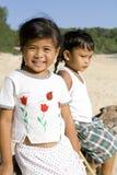 Siamesische Kinder auf dem Strand Stockfotografie