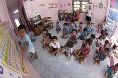 Siamesische Kinder erlernen im Kindergarten Lizenzfreie Stockfotos
