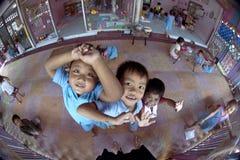 Siamesische Kinder im Kindergarten Stockbilder