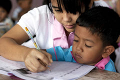 Siamesische Kinder im Kindergarten Stockbild