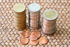 Siamesische Münzen sind auf hölzerner Tabelle Lizenzfreies Stockbild