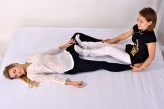 Siamesische Massage Massagetherapeut, der mit Frau arbeitet Stockbild